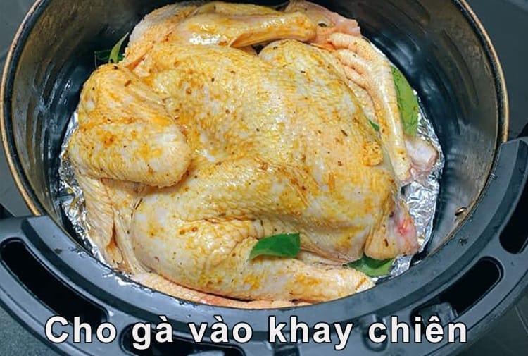 Cách nướng gà bằng nồi chiên không dầu - Cho gà vào khay